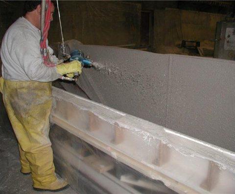 O GFRC pode ser pulverizado diretamente no molde com o equipamento adequado.