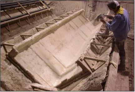 Elementos arquitetônicos maiores são criados pela pulverização direta da pré-mistura GFRC em um molde